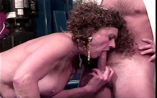 old floozy receives her cum-hole licked by